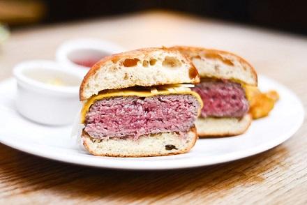 hambúrguer mal cozido