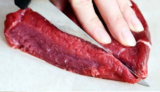riscos de comer carne crua