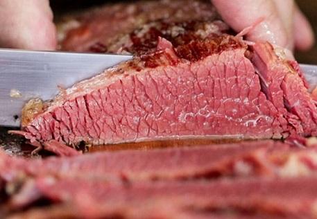 O Farmnews apresenta os dados de receita, embarques e preço médio da carne bovina exportada do Brasil. O fato é que em janeiro de 2020 a receita com a exportação de carne bovina in natura do Brasil subiu 50,0% em relação ao praticado no mesmo período de 2019, embora tenha caído em relação ao mês anterior, dezembro de 2019. Em janeiro de 2020 a receita com a exportação de carne bovina in natura do Brasil foi de US$575,97 milhões, valor 50,0% maior que o observado no mesmo período de 2019 (US$383,94 milhões) e 23,3% mais baixo que dezembro do ano anterior (US$751,22 milhões). Vale lembrar que em janeiro de 2020 foi comentado de uma possível tentativa chinesa em reduzir o preço pago da carne bovina do Brasil. Clique aqui e saiba mais do assunto. Aliás, clique aqui e confira a participação chinesa na receita com a exportação de carne bovina do Brasil. Com relação aos embarques, o Brasil embarcou o 117,00 mil toneladas em carne bovina in natura, valor 14,2% maior que o observado em janeiro de 2019 (102,43 mil toneladas) e 21,3% mais baixo que o apurado em dezembro de 2019 (148,76 mil toneladas). Clique aqui e confira a expectativa para o mercado de exportação de carne bovina em 2020 entre os principais países. E quando o assunto é preço, o valor médio de janeiro de 2020 de US$4,92 mil por tonelada revela alta frente ao valor praticado em janeiro de 2019 (US$3,74 mil por tonelada). E vale lembrar que o preço da carne bovina exportada do Brasil alcançou em dezembro de 2019 o maior patamar histórico em Reais. Cli